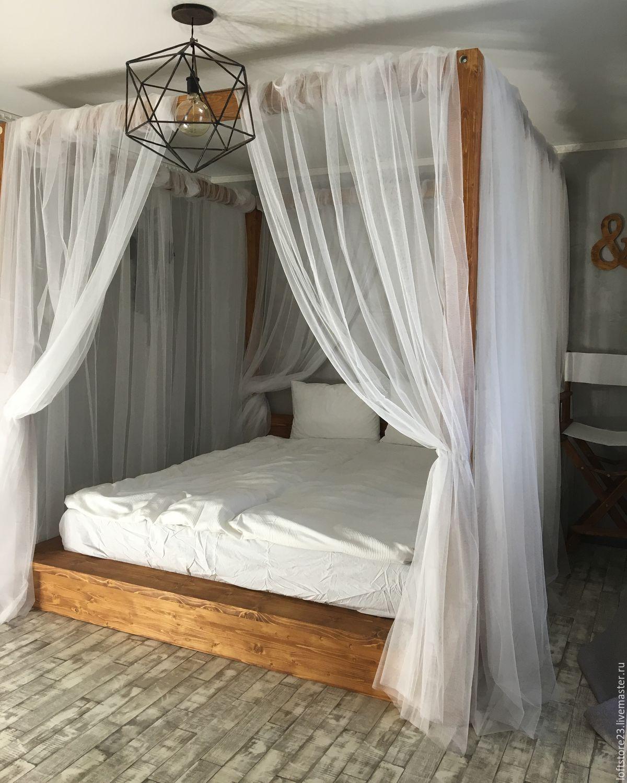 Кровать с балдахином выглядит как царское ложе.