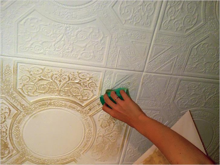 Красить потолочную плитку можно и с помощью губки, если вы хотите выделить ее рельеф.
