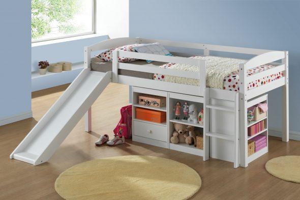 Кровать с горкой экономит место в комнате за счет полочек и ящиков, на которых можно расположить, как игрушки, так и другие вещи ребенка