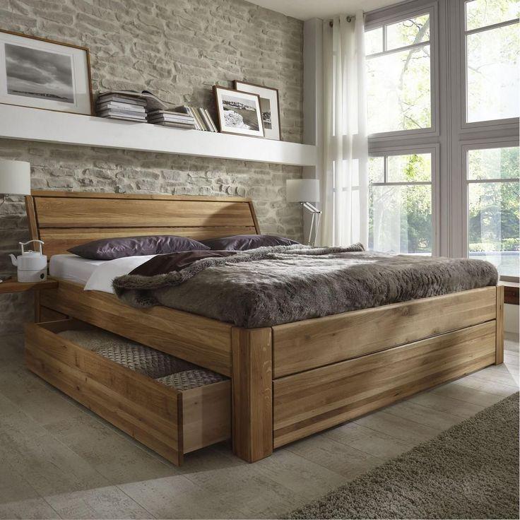 Если в дизайне интерьера используется акцентный цвет или уникальная текстура, создающая визуальный контраст, лучше всего повторить их в нескольких местах. Это поможет сохранить гармонию. То же относится и к деревянным изголовьям в современных помещениях. Также желательно разместить вашу кровать рядом с тумбочкой или скамейкой в соответствующем стиле.