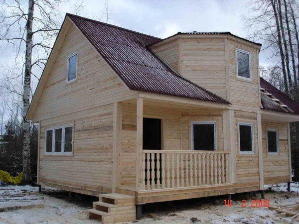 Фото дома из бруса, возведенного по типовому проекту