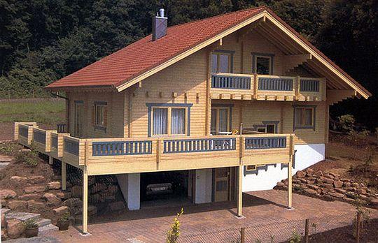 Фото дома с полуподземным гаражом и террасой