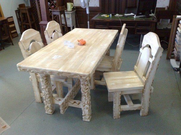 Фото дубового стола описанной конструкции после декоративной финишной обработки