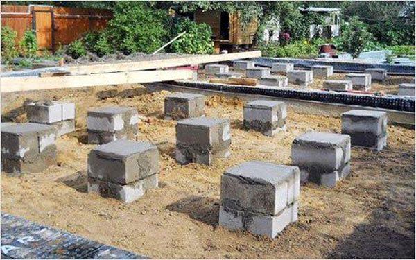 Фото готового опорно-столбчатого фундамента из цементных блоков