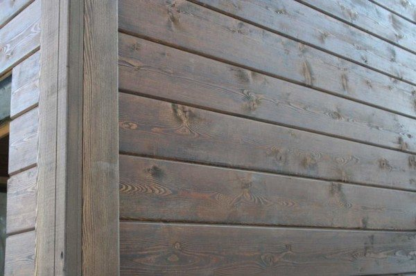 Фото наружной стены, подвергнутой обработке антисептиком с пигментом