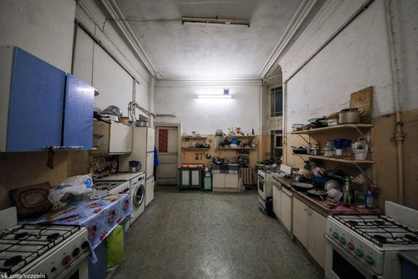 Коммунальная кухня. Многие живут так и сегодня, а когда-то иных вариантов практически не было