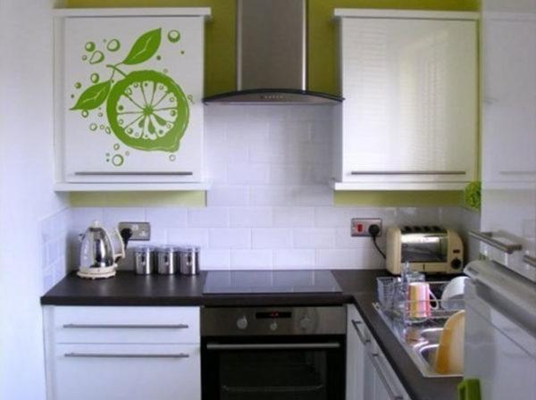 Преобладание светлых тонов в отделке маленькой очень кухни всегда выигрышно.