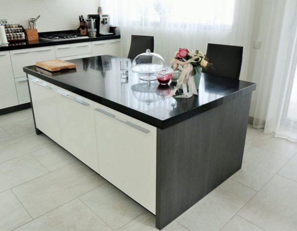 Просторной кухне – просторный стол