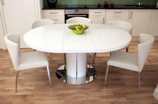 Овальный стол – вариант для достаточно просторных помещений
