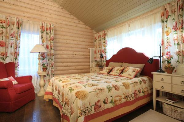 Шторы с цветочными узорами в спальне в стиле кантри