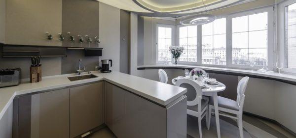 Маленькая кухня, объединенная с лоджией и обустроенной на ней столовой