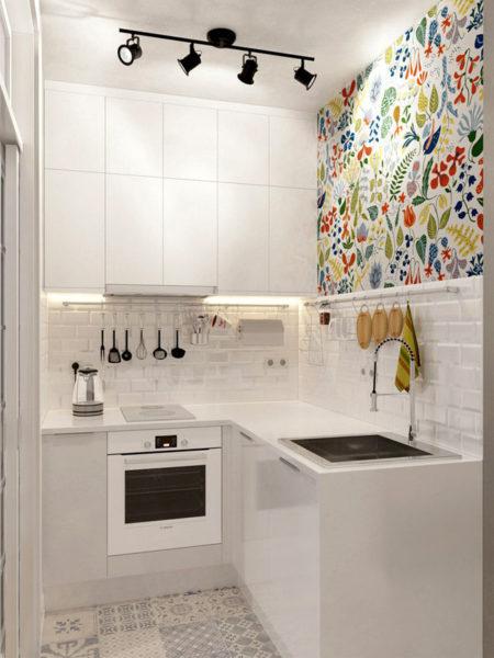 Маленькая кухня, освещенная с помощью нескольких маленьких светильников на потолке и подсветкой рабочей зоны