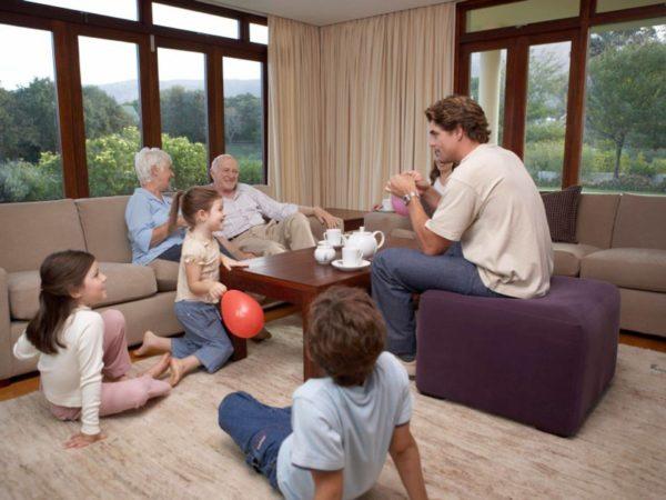 Зал – главная комната всего дома. Она объединяет всех членов семьи за вечерними посиделками и чаепитиями, сюда приводят гостей и устраивают праздники. И главным его украшением могут стать правильно подобранные шторы