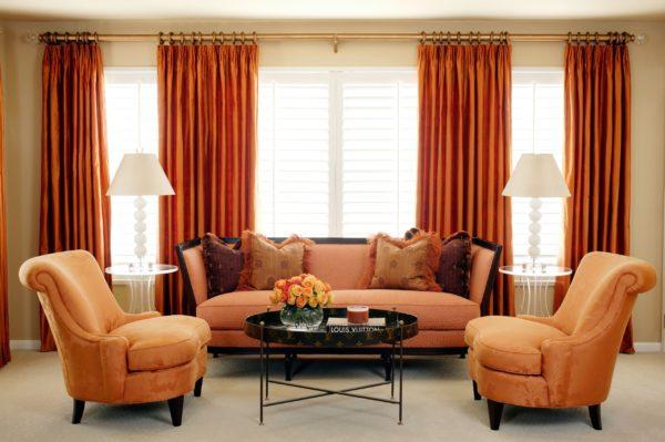 Сочетание яркой мебели и штор в цвет – выглядит замечательно. Особенно в сочетании со светлыми обоями, ставшими ненавязчивым фоном. Тем более, что последние поменять гораздо дешевле, чем тот же диван с креслами