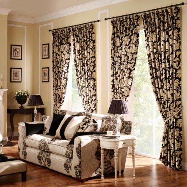 Сочетание рисунков или повторение вензелей на шторах и мягкой мебели – беспроигрышный вариант. Ансамбль гармонично дополнят однотонные обои