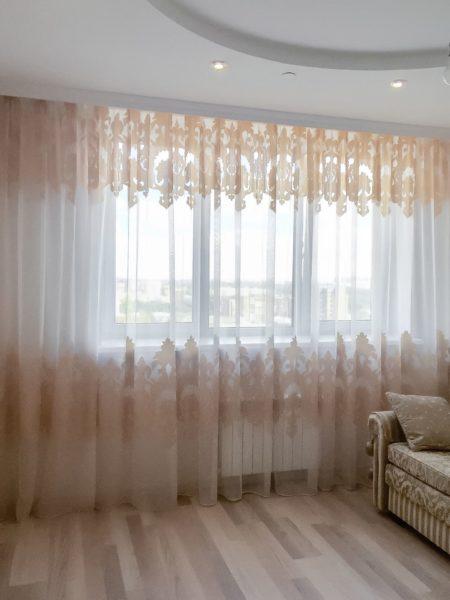 Легко можно обыграть штору из тюля или полиэстера, создав с помощью пришивной ленты красивые складки