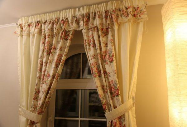 Довольно простые шторы с широким кантом и подхватами, сочетающимися с мебелью создадут уют и порадуют гостей вашим вкусом