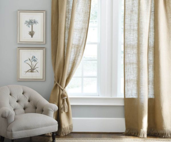Простые шторы с фактурной тканью хороши в сочетании с мебелью имеющую гладкую поверхность. Однотонность можно разбавить декоративной тесьмой, красивыми подхватами и прочими деталями. Такой вариант может сочетаться со многими стилями оформления зала
