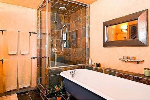 Одна из ванных комнат дома