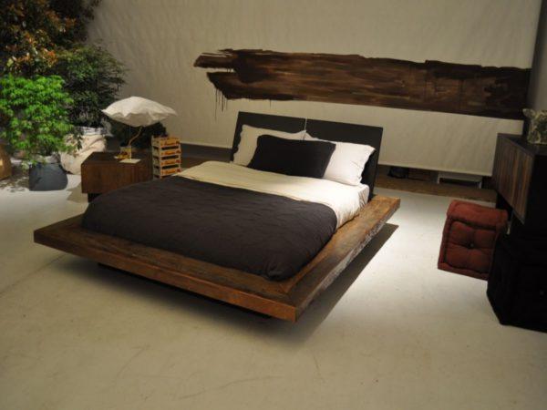 Кровать из бруса отличается экологичностью, теплой энергетикой и прочностью. А, благодаря, современным средствам обработки легко впишется в любой тип интерьера.