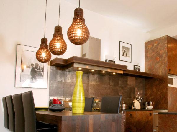 Экологичные деревянные светильники разнообразных форм и размеров позволят подобрать вариант для помещения любого размера. Они подойдут к большей части существующих стилей оформления помещения и позволят создать яркий и запоминающийся акцент