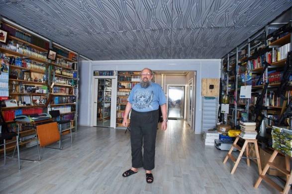 Звукорассеивающие плиты на потолке гостиной Анатолия Вассермана