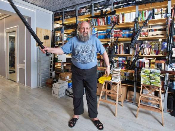 Книги и оружейные модели