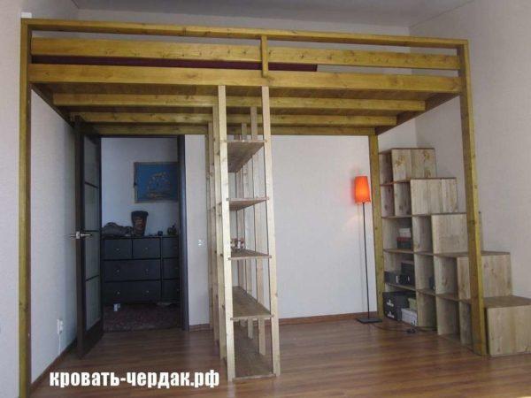 Спальное место на втором ярусе позволяет не только освободить пространство внизу, но и оригинально его использовать. Но вот делать большинство подобных конструкций придётся на заказ