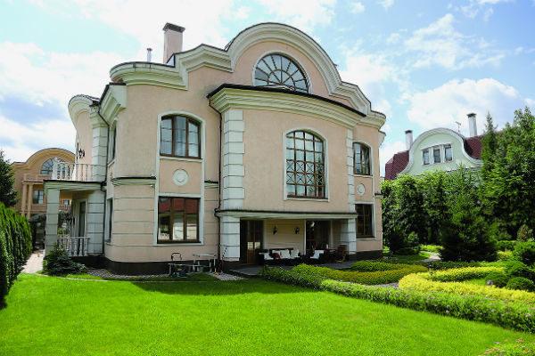 Кроме большого дома на озелененной территории есть два гостевых домика, баня и зоны для отдыха на улице, к которым ведут дорожки, выложенные брусчаткой.