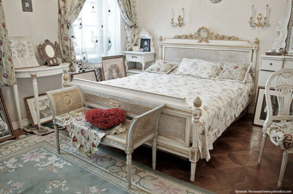 С одной стороны комнаты есть небольшой столик, а с другой разместилось обустроенное место из стола, стула и зеркала, где наряжалась Людмила Марковна. Вся мебель в комнате выполнена в едином стиле.