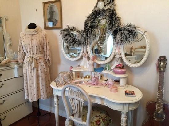 К комнате примыкает огромная гардеробная, в которой и хранились все 800 платьев.