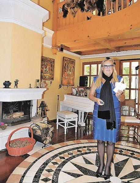 Татьяна Михалкова в собственной гостиной