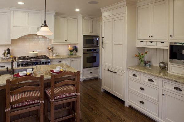 Кухонный гарнитур с молдингом