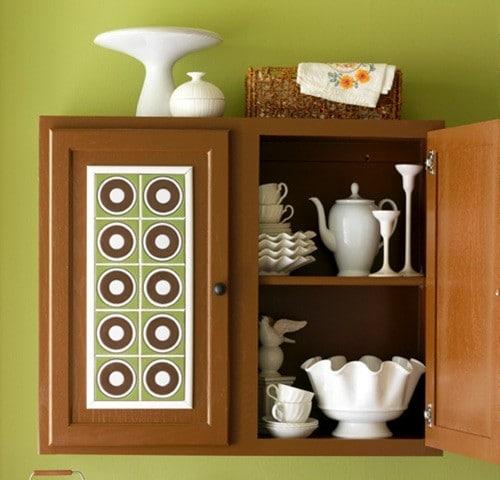 Керамическая плитка на фасадах кухонного шкафчика