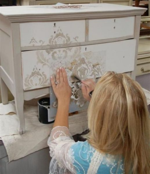 Использование трафарета при росписи мебели