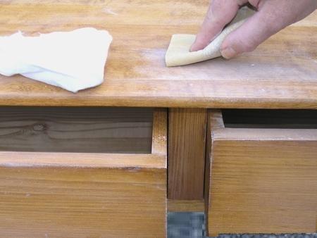 Зачистка неровностей на мебели наждачным листом
