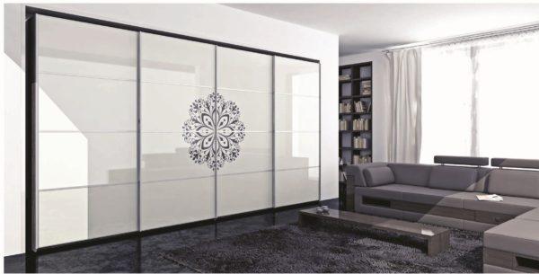 Шкаф-купе со стеклянными створками в гостиной