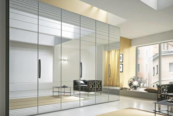 Шкаф-купе с зеркальными створками