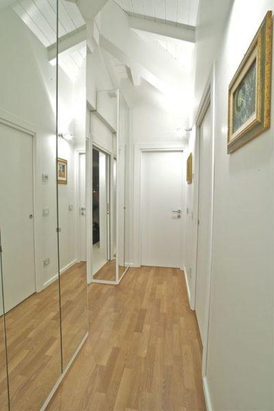 Практически невидимый зеркальный шкаф
