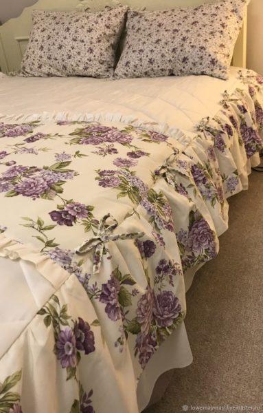 Невозможно представить себе Прованс без обилия текстиля пастельных приглушенных тонов. Объемные пледы, французские шторы, крашенные тесьмой и воланами, фактурные подушки, растительный орнамент – все это неизменные спутники Прованса.