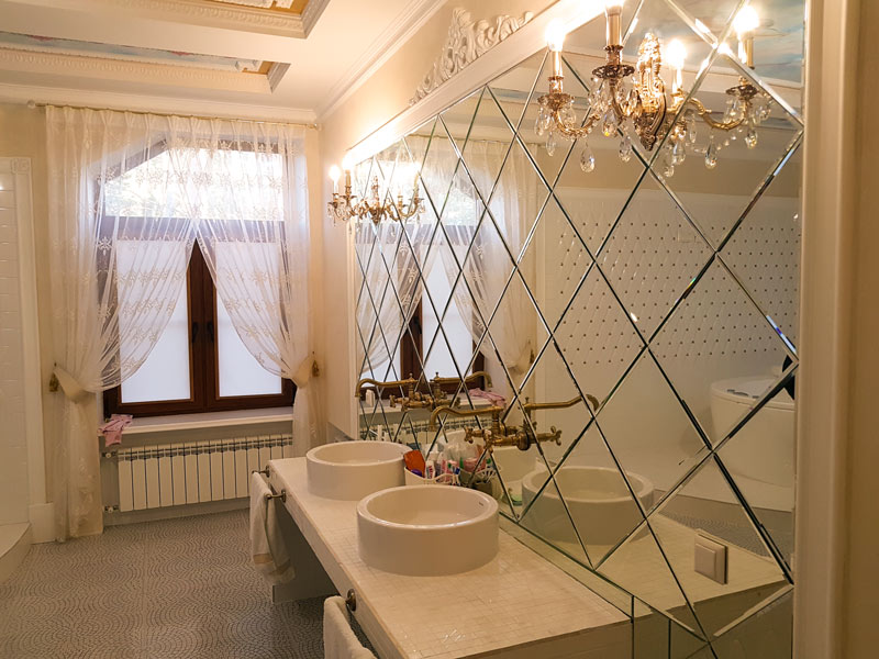 Зеркальное панно в ванной комнате