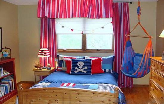 Деревянное окно в детской комнате