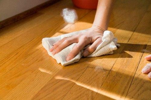 Натирание ламината маслом для устранения царапин