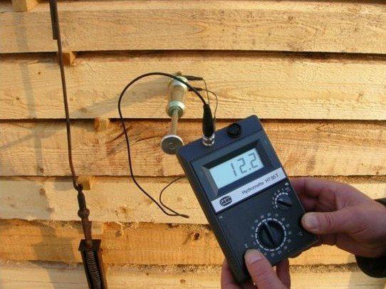 Качество сушки древесины проверяют с помощью специального прибора