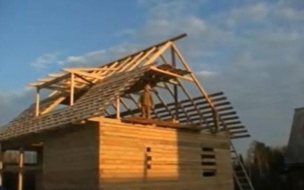 Каркас с обрешёткой для двускатной крыши