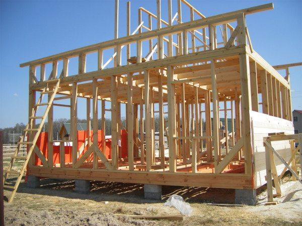 Каркасный дом в процессе строительства.