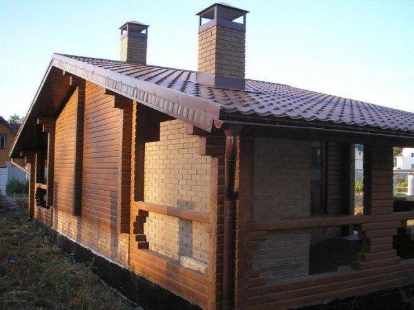 Кирпичная кладка защищает брус от перегрева вблизи открытого огня.