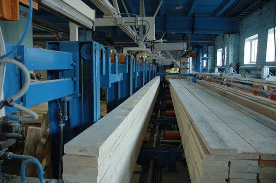 Клееную древесину производят в специализированных цехах на современном оборудовании.