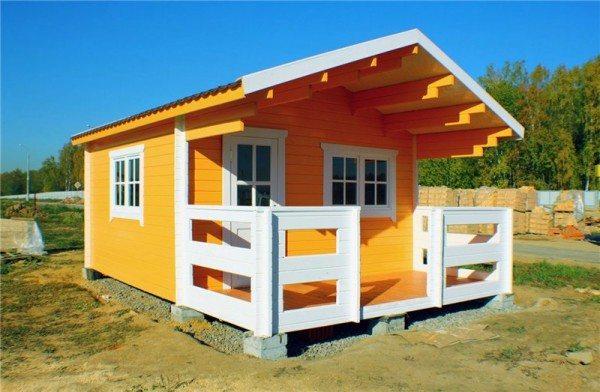 Легкий и яркий брусовый домик – идеальный вариант для сада