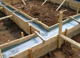 Ленточный фундамент с деревянной опалубкой